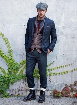 Come indossare e abbinare: cardigan con collo a scialle bordeaux, blazer a quadri blu scuro, camicia a maniche lunghe stampata blu, pantaloni eleganti blu scuro