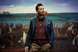 Come indossare e abbinare: cardigan con collo a scialle bordeaux, blazer blu scuro, camicia a maniche lunghe verde, chino marrone chiaro