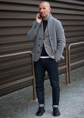 Trend da uomo 2020: Abbina un cardigan con collo a scialle grigio con jeans blu scuro per un look semplice, da indossare ogni giorno. Opta per un paio di scarpe derby in pelle nere per mettere in mostra il tuo gusto per le scarpe di alta moda.