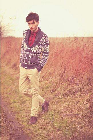 Come indossare e abbinare: cardigan con collo a scialle con motivo fair isle blu scuro e bianco, camicia a maniche lunghe scozzese rossa, chino beige, scarpe derby in pelle marroni