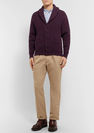 Come indossare e abbinare: cardigan con collo a scialle bordeaux, camicia a maniche lunghe azzurra, chino marrone chiaro, chukka in pelle marrone scuro