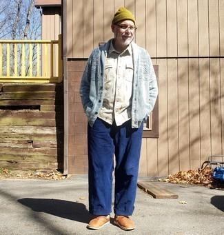 Moda uomo anni 50: Mostra il tuo stile in un cardigan con collo a scialle azzurro con chino blu scuro per un drink dopo il lavoro. Prova con un paio di mocassini eleganti in pelle terracotta per dare un tocco classico al completo.