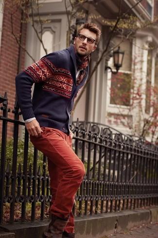 Come indossare e abbinare: cardigan con collo a scialle con motivo fair isle blu scuro, camicia a maniche lunghe beige, chino rossi, stivali chelsea in pelle marrone scuro