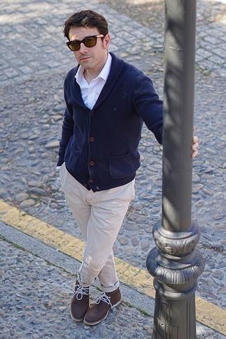 Come indossare e abbinare occhiali da sole marroni: Abbina un cardigan con collo a scialle blu scuro con occhiali da sole marroni per un outfit rilassato ma alla moda. Scegli uno stile classico per le calzature e opta per un paio di chukka in pelle marrone scuro.