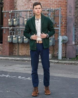 Come indossare e abbinare chino blu scuro: Potresti combinare un cardigan con collo a scialle verde scuro con chino blu scuro se preferisci uno stile ordinato e alla moda. Stivali casual in pelle scamosciata marroni sono una buona scelta per completare il look.