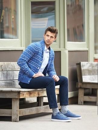 Come indossare e abbinare: cardigan con collo a scialle con motivo fair isle blu, camicia a maniche lunghe bianca, jeans blu scuro, sneakers basse blu