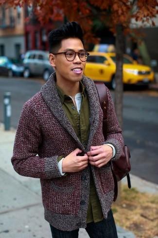 Come indossare e abbinare: cardigan con collo a scialle bordeaux, camicia a maniche lunghe verde oliva, serafino manica lunga azzurro, jeans blu scuro
