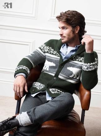 Come indossare e abbinare: cardigan con collo a scialle con motivo fair isle verde scuro, camicia a maniche lunghe in chambray azzurra, t-shirt girocollo bianca, pantaloni sportivi grigi