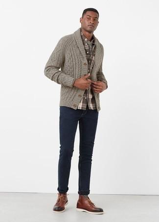 Come indossare e abbinare chukka in pelle bordeaux: Per un outfit quotidiano pieno di carattere e personalità, scegli un cardigan con collo a scialle grigio e jeans blu scuro. Chukka in pelle bordeaux sono una validissima scelta per completare il look.