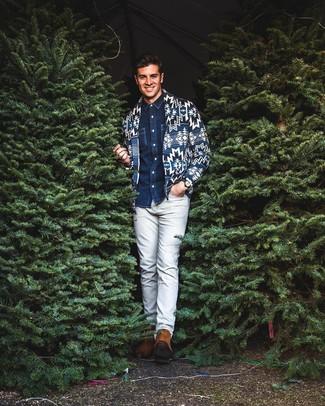Come indossare: cardigan con collo a scialle stampato blu scuro, camicia di jeans blu scuro, chino grigi, stivali chelsea in pelle scamosciata terracotta