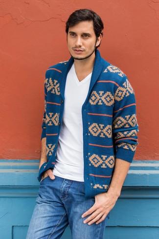 Come indossare e abbinare: cardigan con collo a scialle con motivo fair isle blu, t-shirt con scollo a v bianca, jeans blu