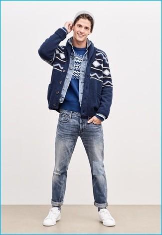Come indossare e abbinare: cardigan con collo a scialle con motivo fair isle blu scuro, giacca di jeans azzurra, maglione girocollo con motivo fair isle blu, jeans strappati azzurri