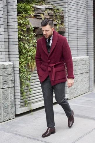 Come indossare e abbinare: cardigan con collo a scialle bordeaux, gilet nero, camicia elegante bianca, pantaloni eleganti di lana grigio scuro