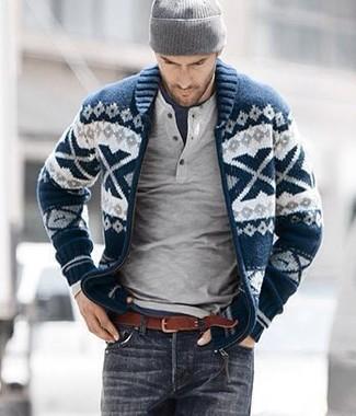Come indossare e abbinare: cardigan con collo a scialle con motivo fair isle blu scuro e bianco, maglione con collo serafino grigio, t-shirt girocollo blu scuro, jeans grigio scuro