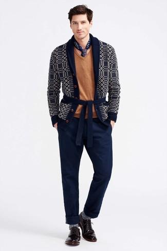Come indossare: cardigan con collo a scialle stampato blu scuro, maglione con scollo a v marrone chiaro, chino blu scuro, scarpe derby in pelle bordeaux