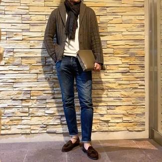 Come indossare e abbinare: cardigan con collo a scialle verde oliva, maglione girocollo bianco, jeans blu scuro, mocassini con nappine in pelle scamosciata marrone scuro