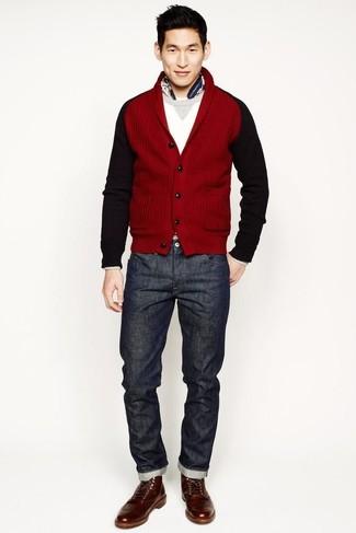 Come indossare e abbinare: cardigan con collo a scialle rosso, maglione girocollo bianco, jeans grigio scuro, stivali casual in pelle marroni