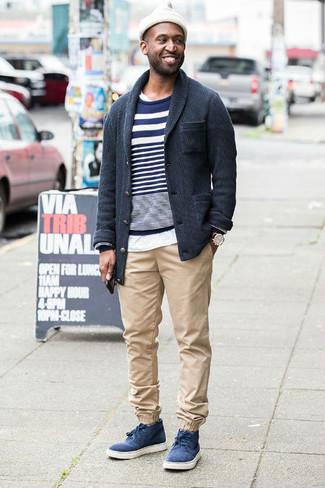 Come indossare e abbinare: cardigan con collo a scialle grigio scuro, maglione girocollo a righe orizzontali blu scuro e bianco, t-shirt girocollo bianca, chino beige