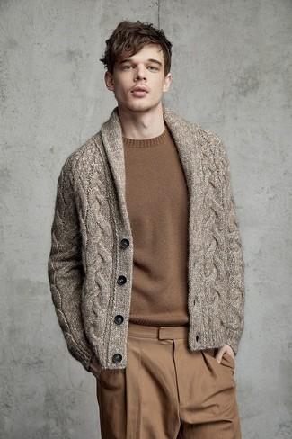 Come indossare e abbinare: cardigan con collo a scialle marrone, maglione girocollo marrone, chino marrone chiaro
