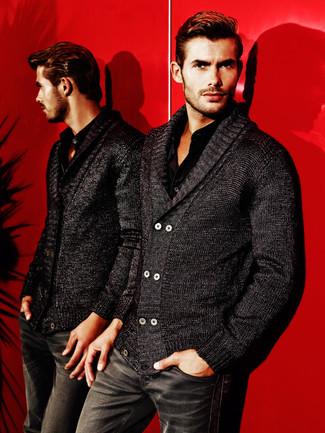 Come indossare e abbinare una camicia a maniche lunghe nera: Combina una camicia a maniche lunghe nera con jeans neri per un look spensierato e alla moda.