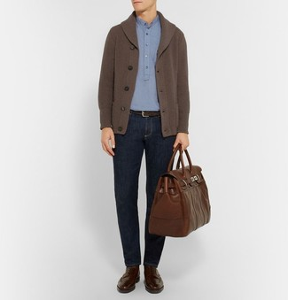 Come indossare e abbinare: cardigan con collo a scialle marrone scuro, polo azzurro, jeans blu scuro, stivaletti brogue in pelle marrone scuro