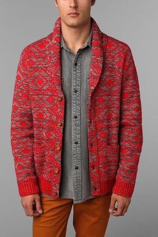 Come indossare e abbinare: cardigan con collo a scialle rosso, camicia di jeans grigia, chino arancioni