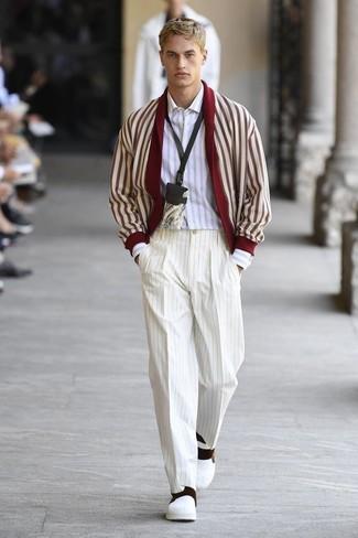 Come indossare e abbinare: cardigan con collo a scialle rosso e bianco, camicia a maniche lunghe a righe verticali bianca, pantaloni eleganti a righe verticali bianchi, sneakers senza lacci in pelle bianche