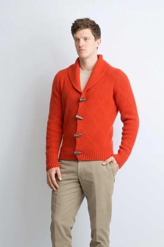 Come indossare e abbinare: cardigan con collo a scialle rosso, maglione girocollo beige, chino marrone chiaro