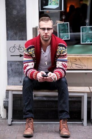 Come indossare e abbinare: cardigan con collo a scialle con motivo fair isle rosso, serafino manica lunga bianco, jeans neri, stivali casual in pelle marroni