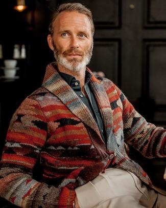 Come indossare e abbinare un cardigan con collo a scialle stampato rosso: Scegli un cardigan con collo a scialle stampato rosso e pantaloni eleganti beige per un look elegante e di classe.