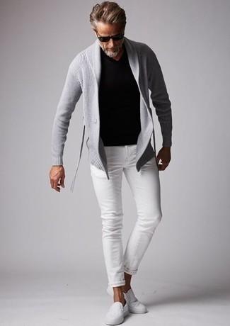 Trend da uomo 2020 in primavera 2021: Per un outfit quotidiano pieno di carattere e personalità, potresti abbinare un cardigan con collo a scialle grigio con jeans bianchi. Sneakers senza lacci di tela bianche sono una buona scelta per completare il look. Una eccellente idea per essere molto elegante e trendy anche durante la stagione primaverile.