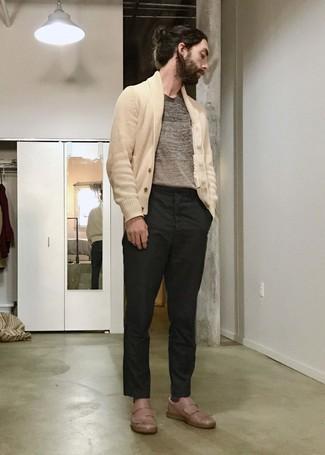 Trend da uomo 2020: Potresti indossare un cardigan con collo a scialle beige e chino neri per un look da sfoggiare sul lavoro.