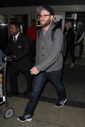 Look di Seth Rogen: Cardigan con collo a scialle grigio, T-shirt girocollo grigia, Jeans blu scuro, Scarpe sportive nere