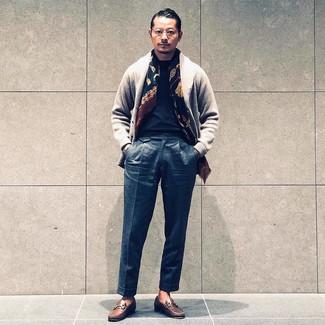 Come indossare e abbinare: cardigan con collo a scialle grigio, t-shirt girocollo nera, pantaloni eleganti di lana grigio scuro, mocassini eleganti in pelle marroni