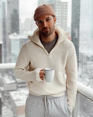 Come indossare e abbinare: cardigan con zip lavorato a maglia beige, t-shirt girocollo grigio scuro, pantaloni sportivi grigi, berretto marrone
