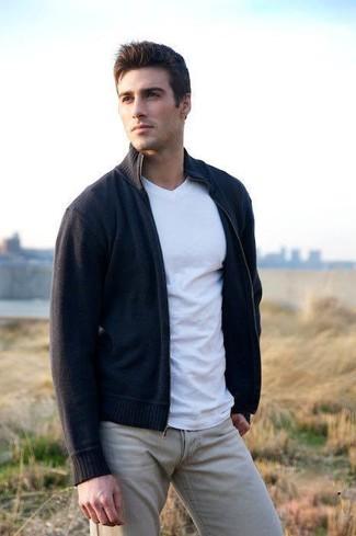 Come indossare e abbinare: cardigan con zip blu scuro, t-shirt con scollo a v bianca, chino beige