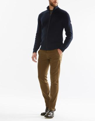 Come indossare e abbinare: cardigan con zip blu scuro, t-shirt girocollo verde oliva, chino marrone chiaro, stivali chelsea in pelle marroni