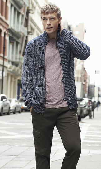 Come indossare e abbinare: cardigan con zip blu scuro, t-shirt girocollo viola melanzana, pantaloni cargo grigio scuro