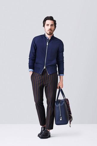 Come indossare e abbinare: cardigan con zip blu scuro, camicia a maniche lunghe in chambray blu, pantaloni eleganti a righe verticali blu scuro, scarpe oxford in pelle nere