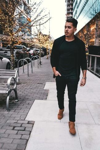 Come indossare e abbinare: cardigan con zip nero, t-shirt girocollo nera, jeans neri, stivali texani in pelle scamosciata marroni