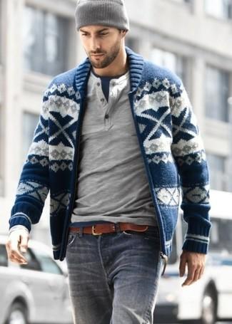 Come indossare e abbinare: cardigan con zip con motivo fair isle blu scuro, serafino manica lunga grigio, t-shirt girocollo blu scuro, jeans grigi