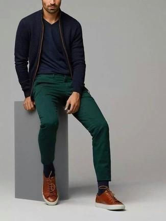 Trend da uomo 2020: Scegli un outfit composto da un cardigan con zip blu scuro e chino verde scuro per vestirti casual. Per distinguerti dagli altri, calza un paio di sneakers basse in pelle marroni.