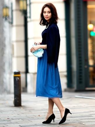 Come indossare e abbinare: cardigan blu scuro, dolcevita blu scuro, gonna longuette a pieghe blu, décolleté in pelle scamosciata neri