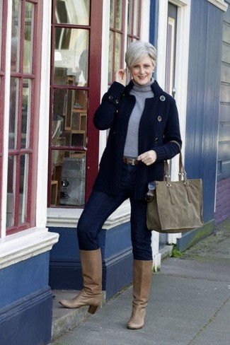 Come indossare e abbinare: cardigan lavorato a maglia blu scuro, dolcevita grigio, jeans aderenti blu scuro, stivali al ginocchio in pelle marrone chiaro