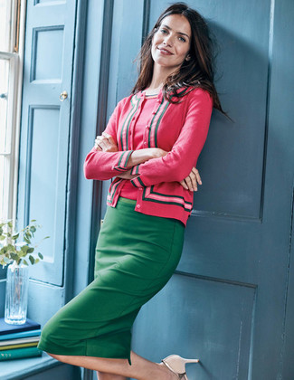Come indossare: cardigan fucsia, maglione a maniche corte fucsia, gonna a tubino verde, décolleté in pelle beige
