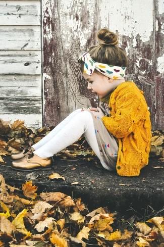 Come indossare e abbinare: cardigan giallo, vestito beige, scarpe oxford dorate, collant bianco