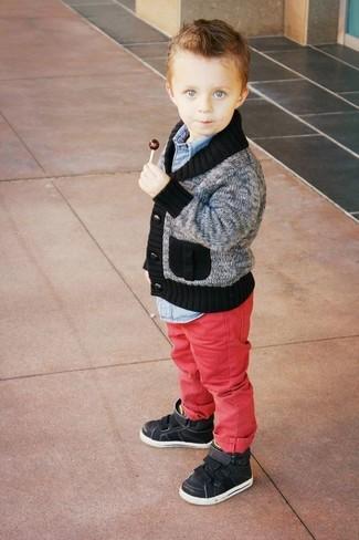 Come indossare e abbinare: cardigan grigio, camicia a maniche lunghe di jeans azzurra, jeans rossi, sneakers nere