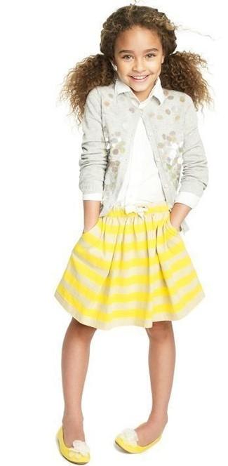 Come indossare: cardigan decorato grigio, camicia a maniche lunghe bianca, gonna a righe orizzontali gialla, ballerine gialle