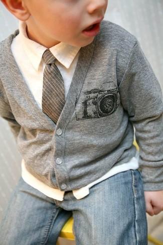 Come indossare: cardigan grigio, camicia a maniche lunghe bianca, jeans azzurri, cravatta grigia