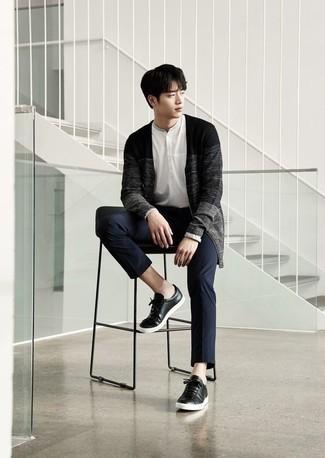 Come indossare e abbinare un cardigan grigio scuro: Vestiti con un cardigan grigio scuro e chino blu scuro per un fantastico look da sfoggiare nel weekend. Per un look più rilassato, mettiti un paio di sneakers basse in pelle nere.